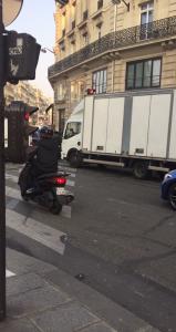 Scooter déboule au feu rouge